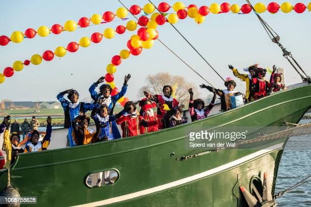 Arrival of Sinterklaas in the city of Kampen with his helpers the Black Petes on a sailing ship on the IJssel on November 17 2018 in Kampen The...