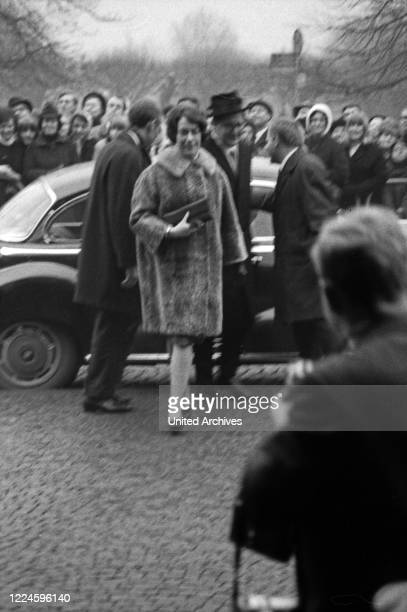 Arrival of the stars at the Bambi Awards Ceremony in the Hercules Hall of the Munich Residence on 22 January 1967 Lord Mayor Hans Jochen Vogel with...