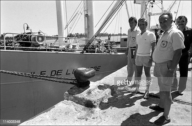 Arrival of the the hospital ship l'Ile de Lumiere in Phnom Penh Cambodia in November 1979Bernard Kouchnerorganizer of A boat for Vietnam in which the...