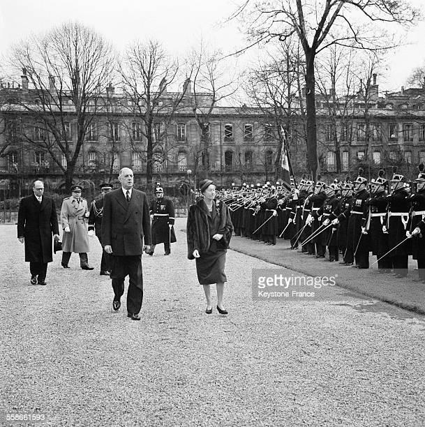 Arrivée au Palais de l'Elysée de la Grande Duchesse de Luxembourg accompagnée du Général de Gaulle suivis par le prince Félix de Luxembourg à Paris...
