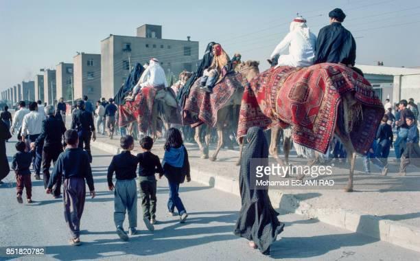 Arrivée à cheval des acteurs en costume traditionnel pour la pièce de théâtre sur la fête musulmane de l'Achoura en février 1993 à Téhéran Iran