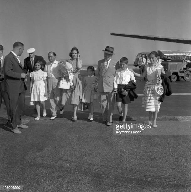 Arrivée de Charlie Chaplin avec sa femme Oona et trois de ses enfants, Geraldine, Michael et Josephine, à l'aéroport de Nice, France le 9 juillet...