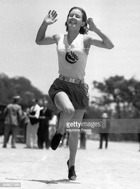 Arrivée de Evelyn Furtsch athlète américain à la course des 200 mètres à Pasadena Californie EtatsUnis le 20 juin 1932