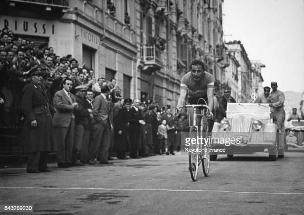 Arrivée de Fausto Coppi vainqueur du MilanSan Remo à San Remo Italie en 1949