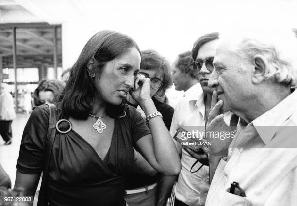 Arrivée de Joan Baez à L'aéroport d'Athenes le 30 juillet 1974 Elle est accueillie par Jules Dassin Athènes Grèce