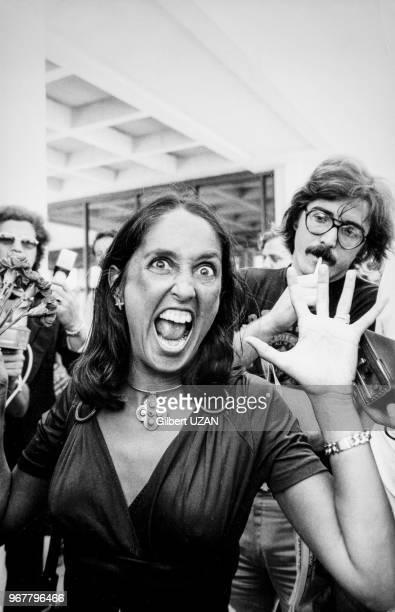Arrivée de Joan Baez à L'aéroport d'Athènes le 30 juillet 1974 Grèce