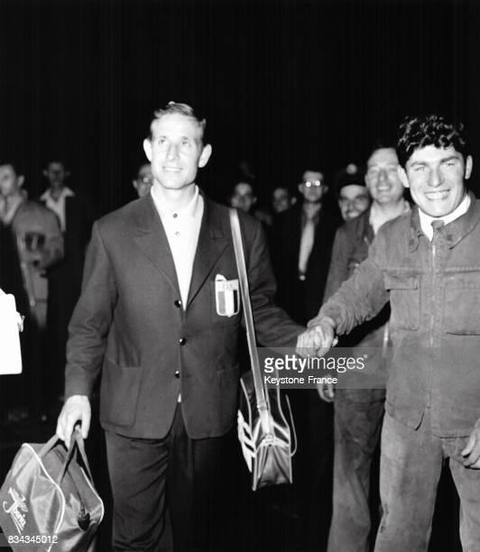 Arrivée de Kopa sous l'acclamation de la foule à l'aéroport d'Orly, France en juillet 1958.