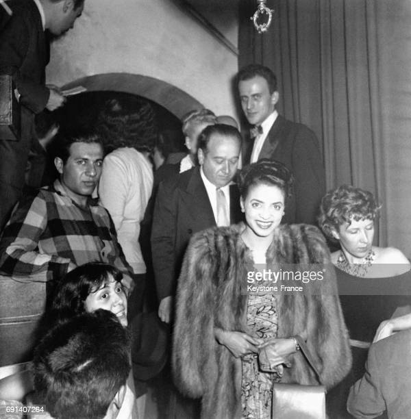 Arrivée de la chanteuse de jazz Kay Davis, portant un manteau de renard bleu, au gala Duke Ellington au club 'Saint-Germain-des-prés' à Paris,...