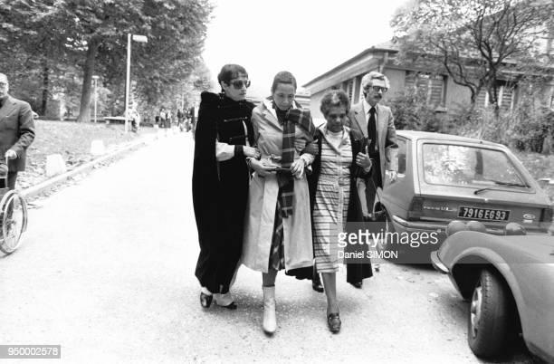 Arrivée de la compagne de Jacques Brel Maddly Bamy soutenue par la compositrice-auteure et interprète française Barbara le 7 octobre 1978 à L'hôpital...