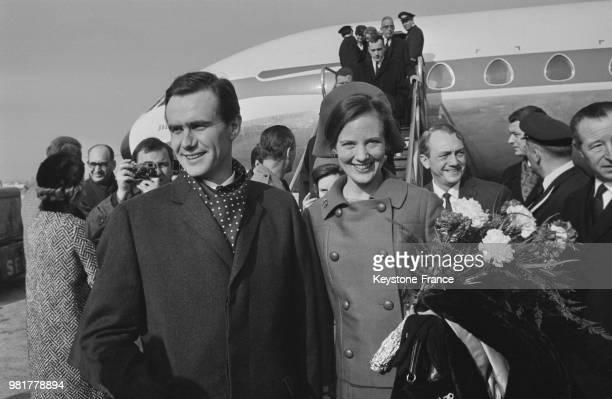 Arrivée de la princesse Margrethe de Danemark et de son fiancé le comte Henri de Laborde de Monpezat à l'aéroport du Bourget en France, le 14 février...