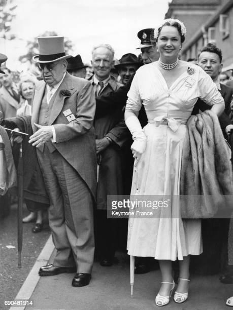 Arrivée de l'Aga Khan III et de la Bégum Aga Khan, Om Habibeh, Yvette Labrousse au Royal Ascot, le 17 juin 1954, à Ascot au Royaume-Uni.