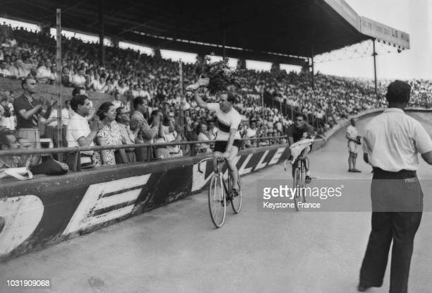 L'arrivée de l'Anglais Reginald Harris vainqueur devant le Hollandais Cor Bijster au championnat du monde cycliste de vitesse amateur 1947 au Parc...