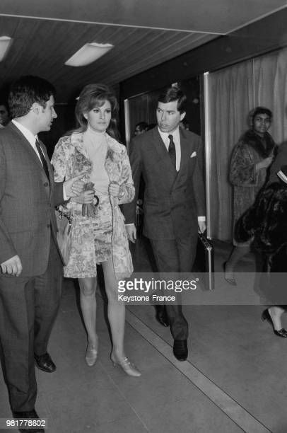 Arrivée de Raquel Welch et de son fiancé Patrick Curtis à Orly en France le 10 février 1967