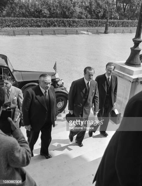 Arrivée d'Ernest Bevin le Ministre des Affaires étrangères britannique et de Duff Cooper l'Ambassadeur anglais au Quai d'Orsay pour étudier le plan...