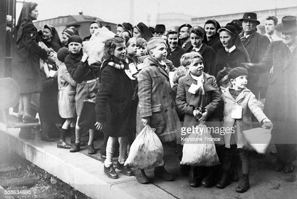 Arrivée des petits sinistrés de BoulogneBillancourt victimes des bombardements anglais du 3 mars pour être accueillis par le département de l'Isère à...