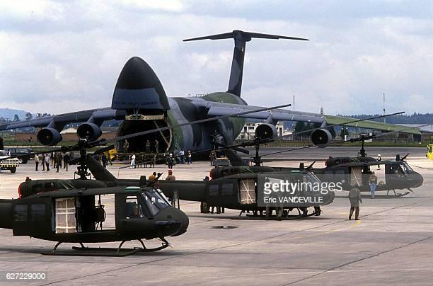 Arrivée d'hélicoptères livrés par les EtatsUnis pour aider l'armée colombienne dans sa lutte contre le cartel de Medellin le 5 septembre 1989 à...