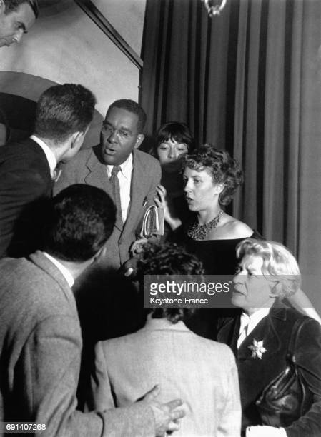 Arrivée du compositeur américain Richard Wright, accompagné de Juliette Gréco et Anne-Marie-Cazalis, au gala Duke Ellington au club...