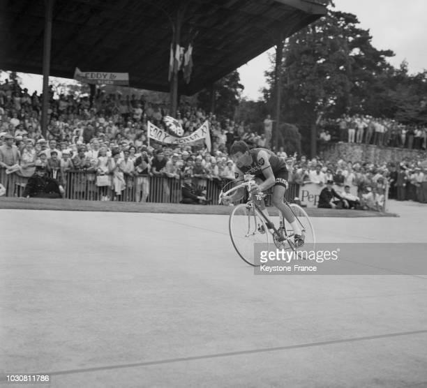 Arrivée du coureur Raymond Poulidor à Vincennes en juillet 1969 en France