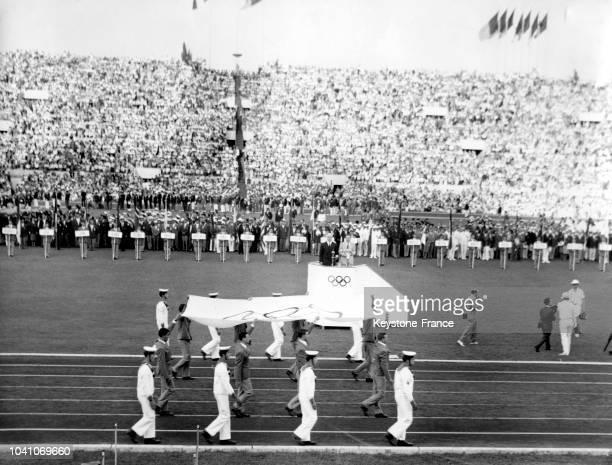 Arrivée du drapeau olympique lors de la cérémonie d'ouverture des XVIIèmes Jeux Olympiques le 25 août 1960 à Rome, Italie.