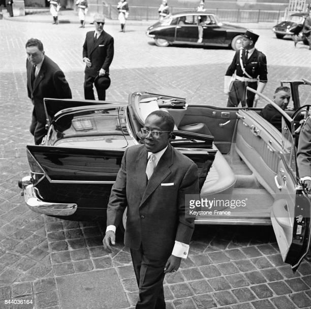 Arrivée du Président Léopold Sédar Senghor à l'Hôtel Matignon à Paris, France le 20 avril 1961.
