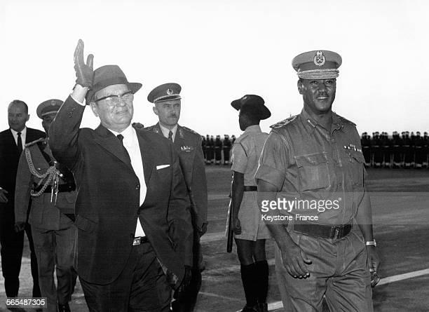 Arrivée du président Tito à l'aéroport accueilli par le général Gaafar Nimeiry président de la République démocratique du Soudan à Khartoum Soudan le...