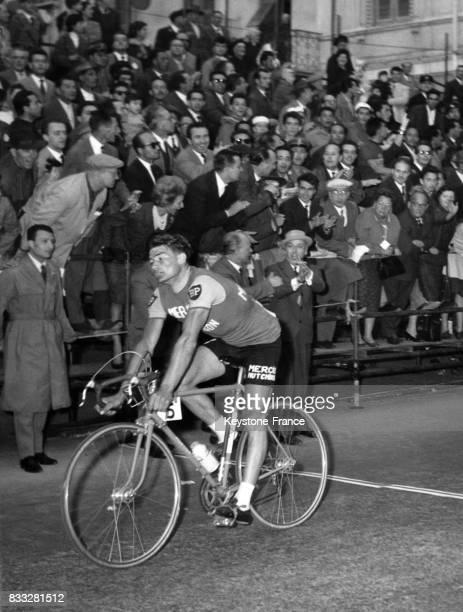 Arrivée du vainqueur Raymond Poulidor à San Remo Italie le 19 mars 1961
