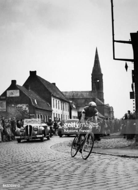 Arrivée en première position de Fausto Coppi dans les rues de Roubaix France le 9 avril 1950