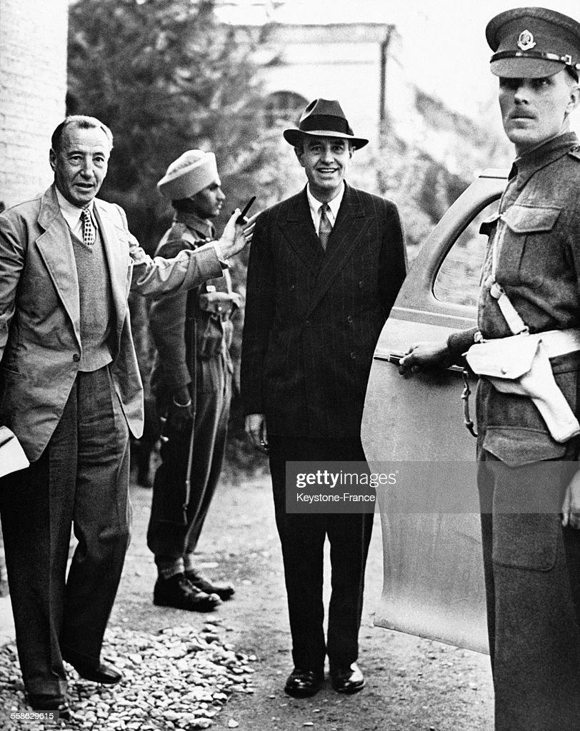 Arrivée à la Légation britannique de l'ambassadeur américain à Moscou, Averell Harrimann, souriant, accueilli par Archibald Clark Kerr, l'ambassadeur britannique à Moscou pour une réunion préparatoire à la conférence historique de Staline, Roosevelt et Churchill, à Téhéran, Iran en novembre 1943.