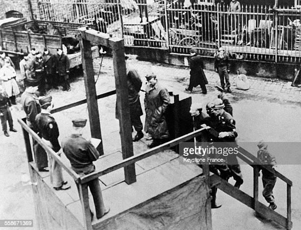 Arrivée à la potence d'un des cinq Allemands condamné à mort pour avoir tué des aviateurs alliés à Bruchsald Allemagne en 1945