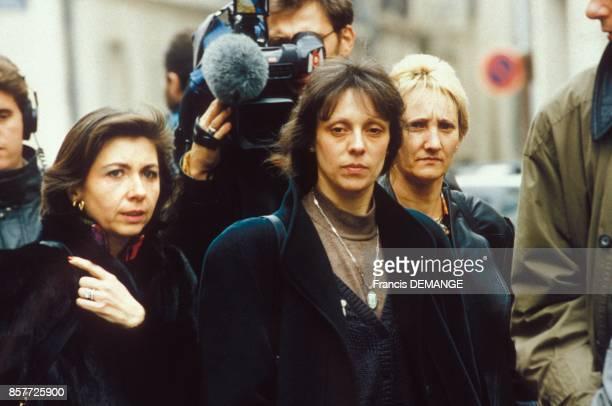 Arrivee de Christine Villemin avec a gauche l'avocate MarieChristine Chastant pour sa comparution lors du proces de son epoux JeanMarie Villemin pour...
