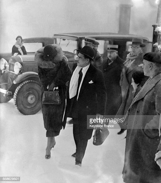 Arrivee de madame Stavisky cachee et soutenue par un inspecteur de police au chevet de son mari decede a Chamonix France le 1er janvier 1934