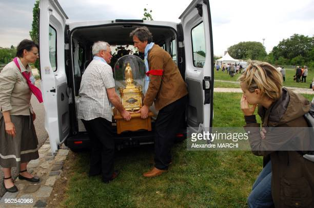 Arrivee des Reliques de SainteTherese de l'EnfantJesus et de la SainteFace pour que les fideles puissent la toucher et l'embrasser