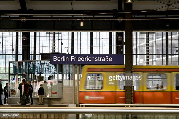 , die s-bahn ab bahnhof berlin friedrichstrasse - ollo stock-fotos und bilder
