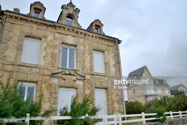 arromanches-les-bains, old villa facing the sea on the general leclerc quay - arromanches stock pictures, royalty-free photos & images
