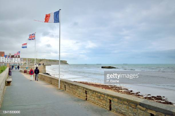 arromanches-les-bains, the quai du canada and the remains of the caissons of the phoenix dykes - arromanches stock pictures, royalty-free photos & images