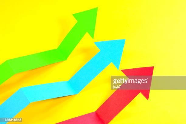 arrow direction - bullmarkt stockfoto's en -beelden