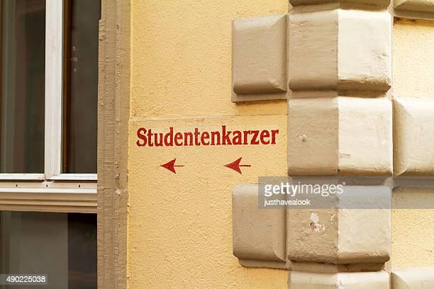 pfeilzeichen zu studentenkarzer in heidelberg - heidelberg stock-fotos und bilder