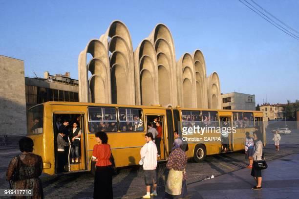 Arrêt d'autobus devant la tribune officielle sur la place Roustavéli à Tbilissi en Géorgie