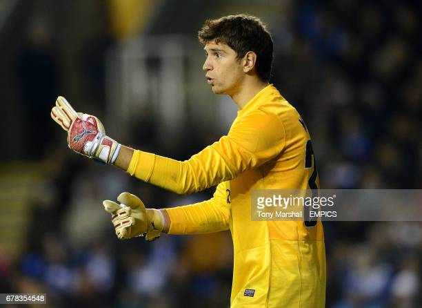 Arsenal goalkeeper Damian Martinez directs his back line