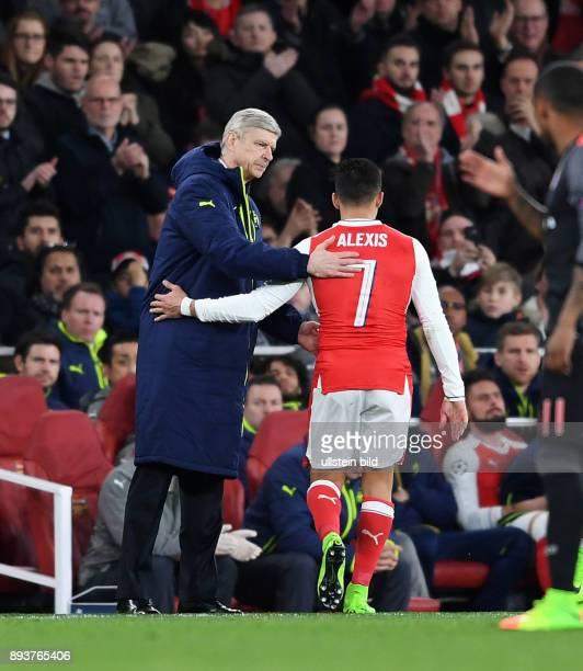 FUSSBALL Arsenal London FC Bayern Muenchen Alexis Sanchez mit Trainer Arsene Wenger bei seiner Auswechslung