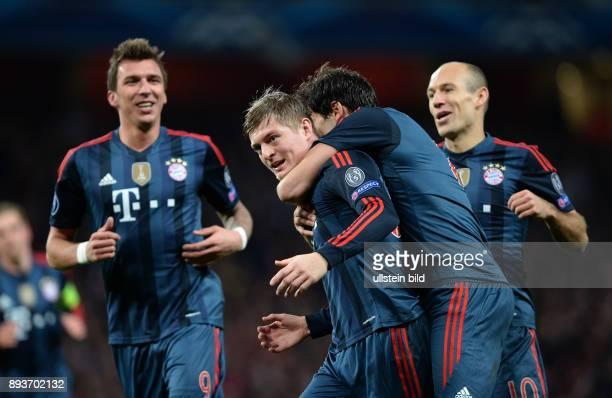 FUSSBALL CHAMPIONS Arsenal London FC Bayern Muenchen Bayern Muenchen Torschuetze zum 01 Toni Kroos umarmt von Javi Martinez beobachtet von Mario...