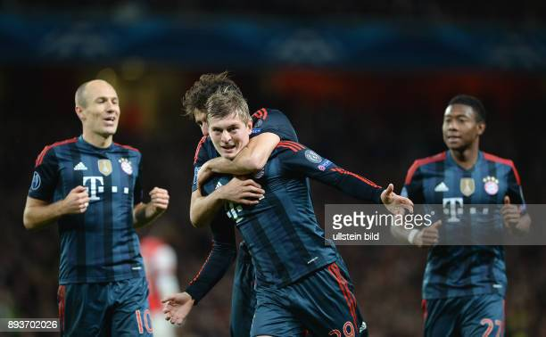 FUSSBALL CHAMPIONS Arsenal London FC Bayern Muenchen Bayern Muenchen Toni Kroos umarmt Javi Martinez beobachtet von Arjen Robben und David Alaba
