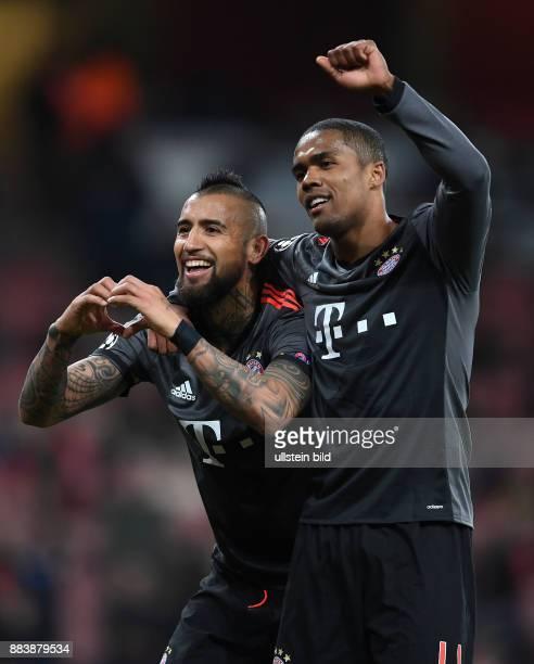 Arsenal London - FC Bayern Muenchen Torjubel: Arturo Vidal und Douglas Costa