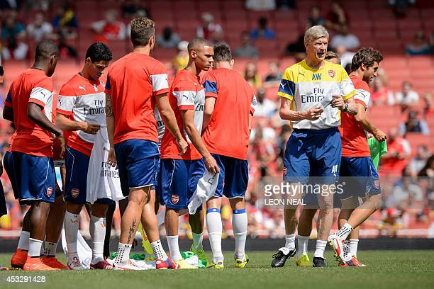 Arsenal Manager Arsenal's French manager Arsene Wenger speaks with his players during the first team training session at the Emirates stadium in...