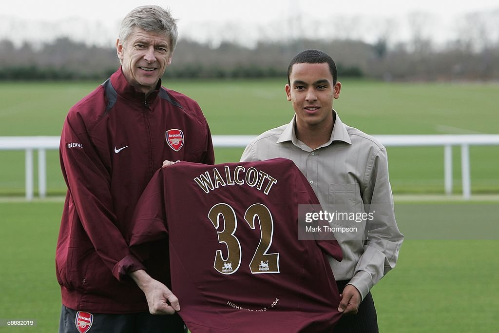 Theo Walcott Signs for Arsenal : News Photo