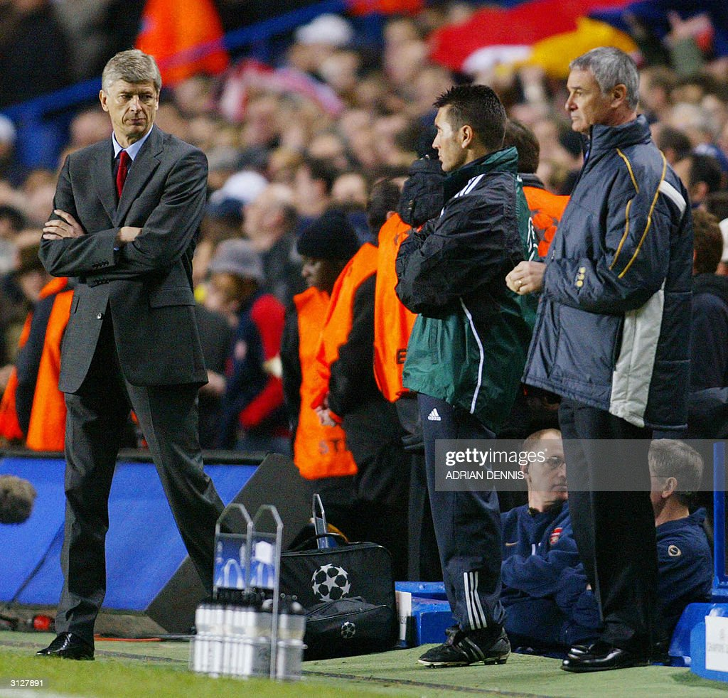 Arsenal manager Arsene Wenger (L) looks : News Photo