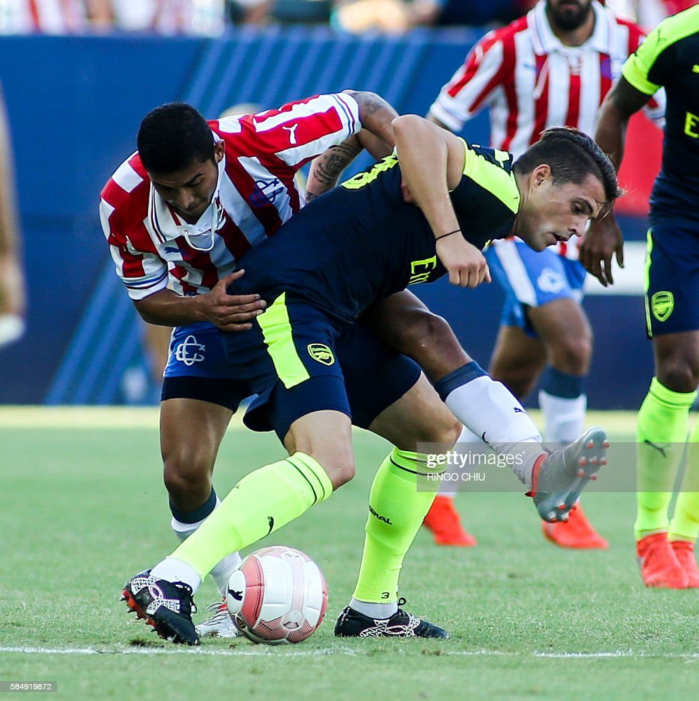 Arsenal midfielder Granit Xhaka (R) fights for the ball against Chivas Guadalajara during their friendly soccer match at StubHub Center in Carson, California on July 31, 2016. Arsenal won 3-1. / AFP / RINGO
