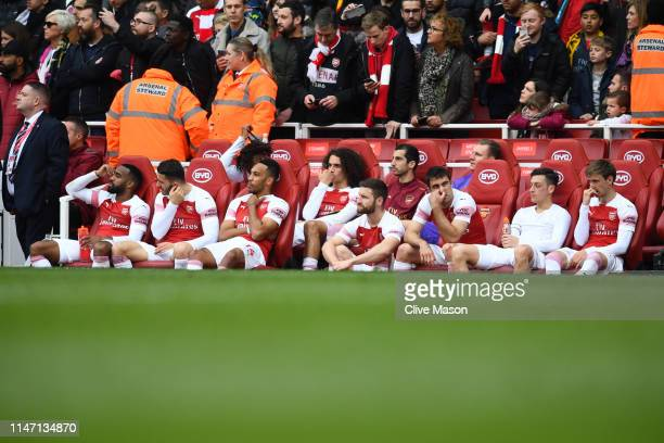 Arsenal players look dejected following a draw in the Premier League match between Arsenal FC and Brighton Hove Albion at Emirates Stadium on May 05...