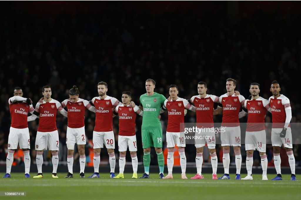 ¿Cuánto mide Lucas Torreira? - Altura - Real height Arsenal-players-observe-a-minutes-silence-to-remember-the-victims-of-picture-id1056907418
