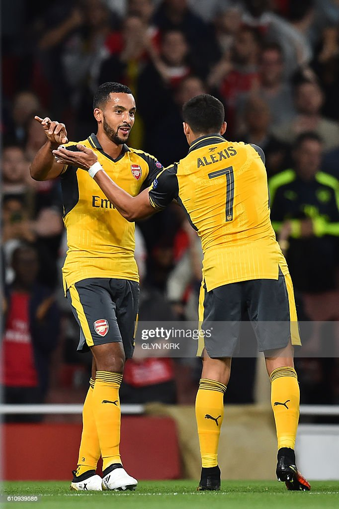 Arsenal's English midfielder Theo Walcott (L) celebrates with Arsenal's Chilean striker Alexis Sanchez after scoring their second goal during the UEFA Champions League Group A football match between Arsenal and FC Basel at The Emirates Stadium in London on September 28, 2016. / AFP / IKIMAGES / Glyn KIRK